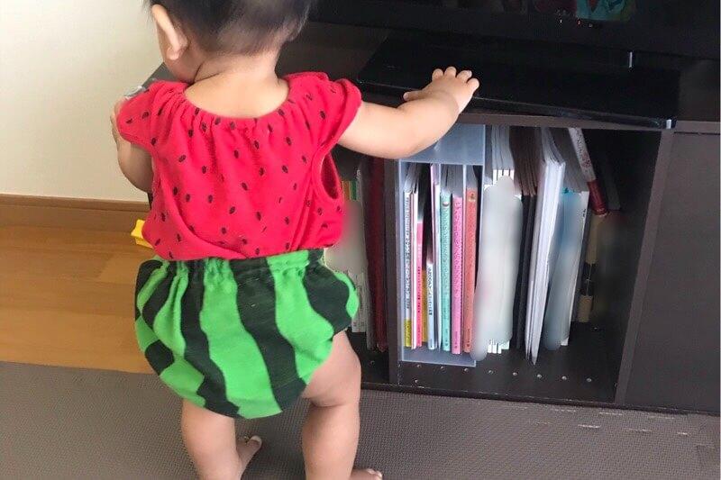 赤ちゃんの本棚いたずら