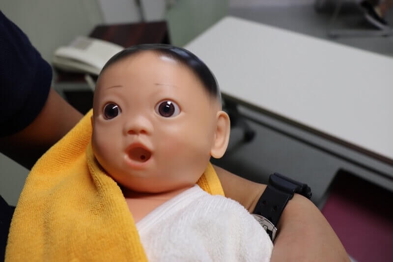 都立広尾病院の両親学級にて赤ちゃんの抱っこ体験