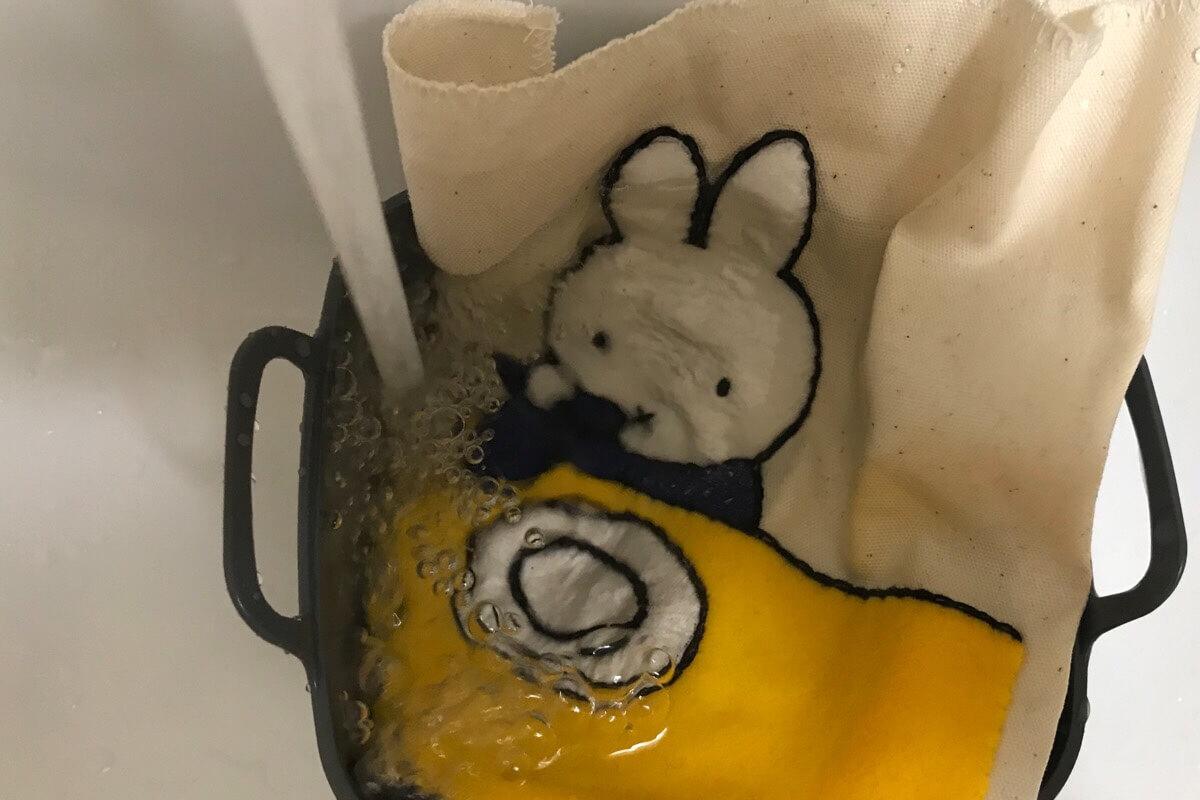 ダイソー刺繍下地シートを洗い流します
