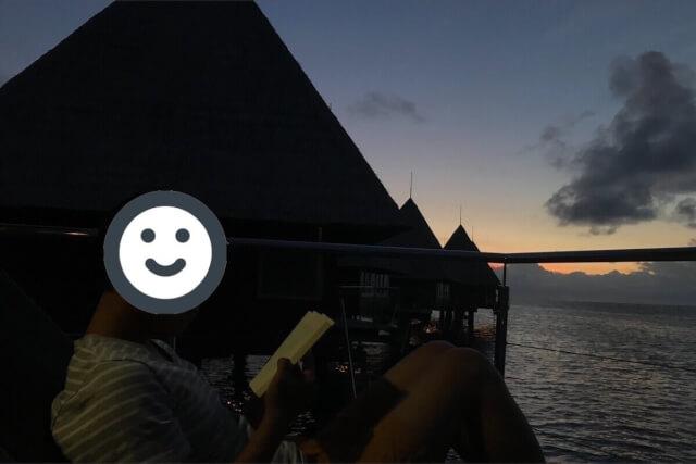 メトル島の水上コテージで読書時間