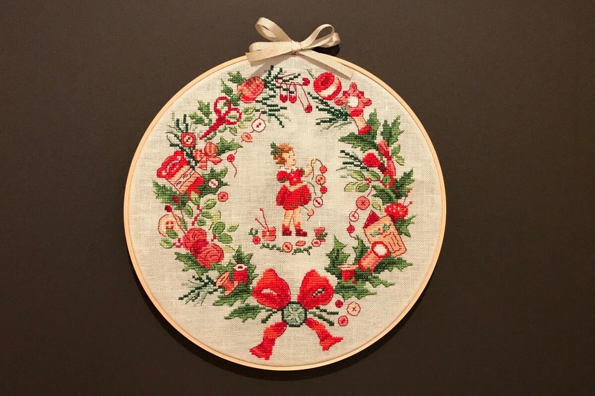 クロスステッチで手作りしたクリスマスリース