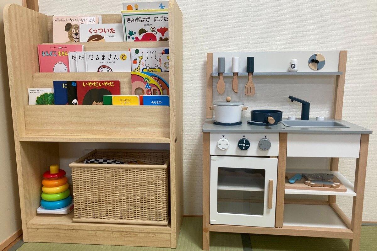 子供部屋の本棚とおままごとキッチン