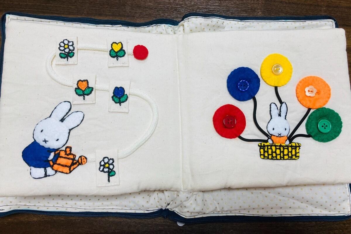 手作り布絵本で紐通しとボタンつけの練習